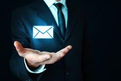 Homem que guarda o símbolo do email Imagem de Stock Royalty Free