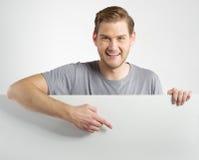 Homem que guarda o sinal Imagens de Stock