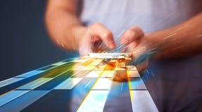 Homem que guarda o smartphone com linhas futuristas Fotos de Stock