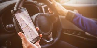 homem que guarda o smartphone em seu carro fotografia de stock royalty free