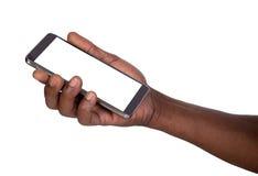 Homem que guarda o telefone esperto com tela vazia Fotografia de Stock