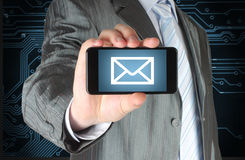 Homem que guarda o telefone esperto móvel com mensagem imagens de stock royalty free