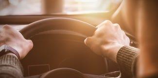 homem que guarda o volante de seu carro fotografia de stock