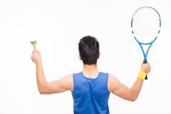 Homem que guarda a raquete e o copo de tênis Fotografia de Stock