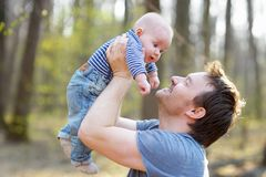 Homem que guarda seu bebê pequeno Fotos de Stock Royalty Free