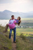 Homem que guarda sua amiga em seus braços Imagem de Stock