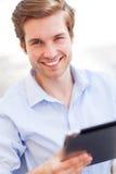 Homem que guarda a tabuleta digital Imagem de Stock Royalty Free