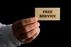 Homem que guarda um cartão que anuncia um serviço gratuito Imagens de Stock