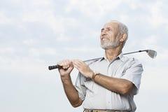 Homem que guarda um clube de golfe fotos de stock royalty free