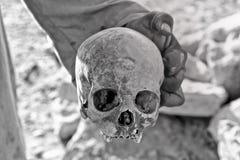 Homem que guarda um crânio Fotografia de Stock Royalty Free