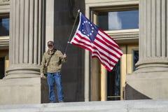 Homem que guarda uma bandeira fotografia de stock royalty free
