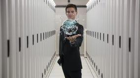 Homem que guarda uma esfera digital filme