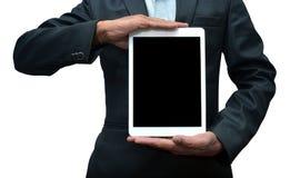 Homem que guarda uma opinião dianteira do tablet pc o iPad pro foi criado e desenvolvido por Apple inc imagens de stock