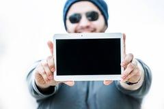 Homem que guarda uma tabuleta com ambas as mãos - vista ascendente próxima Fotos de Stock Royalty Free