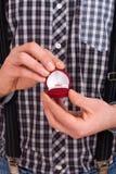 Homem que guardara a caixa com aliança de casamento Fotos de Stock Royalty Free