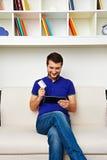 Homem que guardara o cartão de crédito Fotografia de Stock