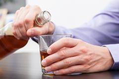 Homem que guardara uma garrafa Imagem de Stock