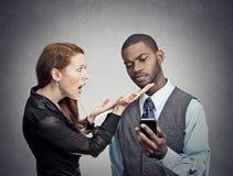 Homem que ignora a mulher obcecada com smartphone imagens de stock