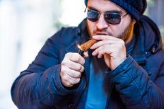 Homem que ilumina um charuto cubano Fotos de Stock Royalty Free