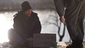 Homem que implora pelo dinheiro com sinal do cartão filme