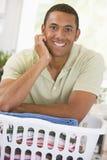 Homem que inclina-se na lavanderia fotografia de stock royalty free