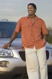 Homem que inclina-se no carro imagens de stock royalty free