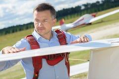 Homem que inspeciona o planador da asa Imagens de Stock