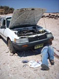 Homem que inspeciona um carro Fotografia de Stock