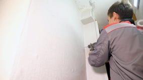 Homem que instala o armário na casa vídeos de arquivo