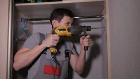 Homem que instala o armário na casa video estoque