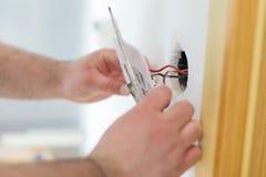 Homem que instala o interruptor da luz Fotografia de Stock Royalty Free