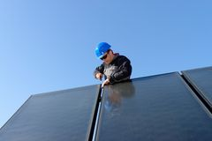 Homem que instala o photovolta alternativo da energia solar Fotografia de Stock