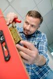 Homem que introduz o mecanismo da fechadura da porta fotos de stock royalty free