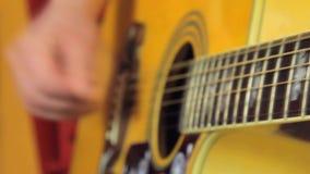 Homem que joga ascendente próximo da guitarra filme