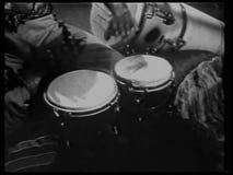 Homem que joga cilindros de bongos video estoque