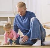 Homem que joga com filha Fotos de Stock