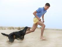 Homem que joga com seu cão Fotos de Stock Royalty Free