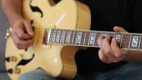 Homem que joga a e-guitarra video estoque
