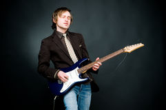 Homem que joga a electro guitarra Fotos de Stock