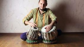 Homem que joga em cilindros indianos do tabla filme