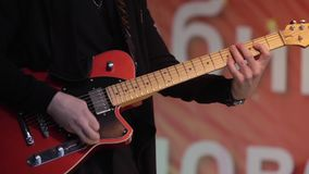 Homem que joga a guitarra vídeos de arquivo