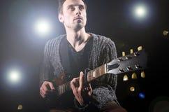 Homem que joga a guitarra Foto de Stock