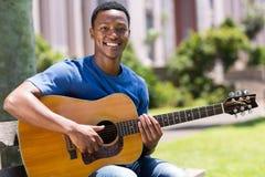 Homem que joga a guitarra Imagem de Stock Royalty Free