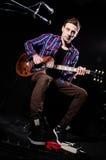 Homem que joga a guitarra Imagens de Stock Royalty Free