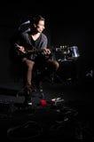 Homem que joga a guitarra Fotografia de Stock Royalty Free