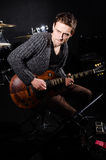 Homem que joga a guitarra Fotos de Stock