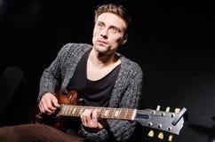 Homem que joga a guitarra Imagens de Stock