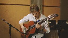 Homem que joga a guitarra video estoque