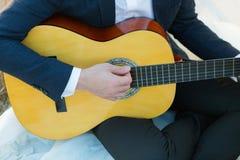 Homem que joga a guitarra acústica Imagem de Stock Royalty Free