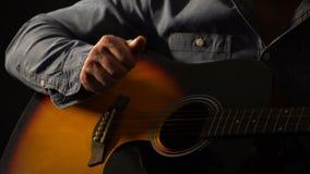 Homem que joga a guitarra acústica, as lições da escola de música, a arte e o conceito da faculdade criadora video estoque